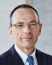Lino Guzzella ist seit 1999 ordentlicher Professor für Thermotronik am D-MAVT. Vom 1. August 2012 bis 31. Dezember 2014 er Rektor der ETH Zürich. Seit 1. Januar 2015 ist Lino Guzzella Präsident der ETH Zürich.